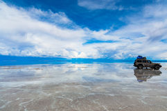 Auto op Salar de Uyuni stock foto