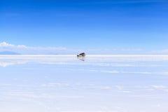 Auto op Salar de Uyuni, Bolivië Royalty-vrije Stock Foto