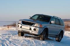 Auto op sneeuwheuvel stock afbeelding