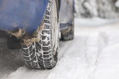 Auto op sneeuwweg