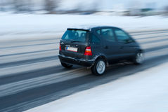 Auto op sneeuwweg Royalty-vrije Stock Foto's