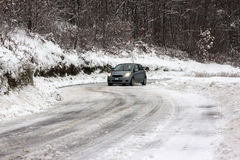 Auto op sneeuwweg royalty-vrije stock foto
