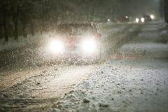 Auto op SneeuwWeg stock foto's