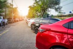 Auto op straat, Auto wordt op weg wordt geparkeerd geparkeerd die Royalty-vrije Stock Fotografie