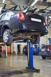 Auto op twee-postlift in workshop Royalty-vrije Stock Fotografie