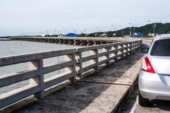 Auto op vlotte overzeese concrete brug stock afbeeldingen