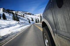 Auto op weg in de winter. Stock Afbeelding