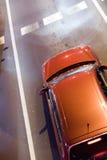 Auto op weg die op groen licht wacht Royalty-vrije Stock Afbeeldingen