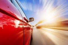 Auto op weg met de achtergrond van het motieonduidelijke beeld Stock Afbeeldingen