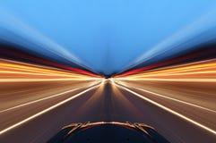 Auto op weg met de achtergrond van het motieonduidelijke beeld Stock Afbeelding