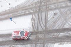 Auto op weg met sneeuw wordt behandeld die stock fotografie