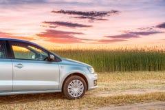 Auto-Parken auf Feld Sonnenuntergang-Sonnenaufgang-drastischer Himmel auf einem Backgroun Lizenzfreies Stockfoto