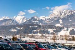 Auto-Parken bei Hauser Kaibling, Steiermark, Österreich Eins der Spitzenskiorte lizenzfreies stockbild