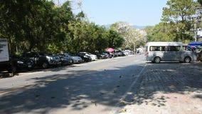 Auto am Parken für gehenden Besuch Doi Tung Royal Villa und Mae Fah Luang Garden stock video footage