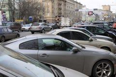 Auto parkeren op de moscowerstraat Royalty-vrije Stock Foto's