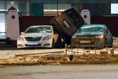 Auto parkte auf Dach der anderen zwei Stockfotografie