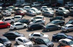 Auto parkte an einem Park- und Seitenlos an einer BTSstation in Chatuchak Stockfotografie