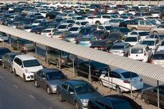 Auto parkte an einem Park- und Seitenlos an einer BTSstation in Chatuchak Stockbild