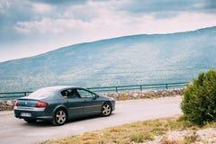 Auto Peugeots 407 auf Hintergrund französischen Gebirgsnatur Landscap Lizenzfreies Stockfoto