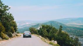 Auto Peugeots 407 auf Hintergrund französischen Gebirgsnatur Landscap Lizenzfreie Stockfotos