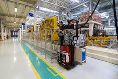 Auto productieinstallatie Automobielwinkel De lopende band voor de productie van auto's stock foto's