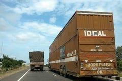 Auto przewoźnik przewozi samochodem na autostradzie Fotografia Royalty Free