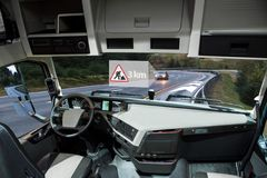 Auto que conduz o caminhão em uma estrada Veículo a uma comunicação do veículo imagens de stock royalty free