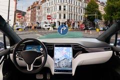Auto que conduz o carro elétrico em uma rua da cidade fotos de stock royalty free