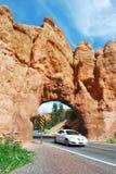 Auto-Reisen durch Steinbogen Lizenzfreie Stockbilder