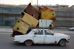 Auto reizen overbelast met schroot op dak in Baku, Azerbeidzjan stock afbeeldingen
