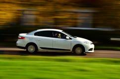 Auto Renault in der Bewegung Stockbilder