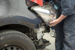 Auto in reparatiewerkplaats Stock Foto