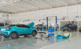 Auto-Reparatur-Service-Mitte mit Automobilwartungsreparatur lizenzfreies stockfoto