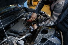 auto reparera för bilmekaniker Selektivt fokusera arkivbild