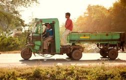 Auto rickshaw på den indiska vägen Royaltyfria Bilder