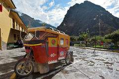 Auto rickshaw på parkering i Ollantaytambo, Peru Royaltyfri Bild