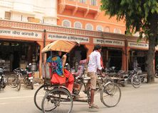Auto rickshawpuller av Jaipur Royaltyfri Foto