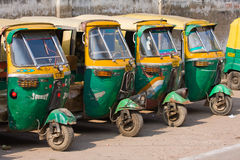 Auto rickshawtaxis i Agra, Indien. Royaltyfri Foto
