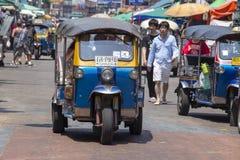 Auto riksza lub tuk-tuk na ulicie Bangkok, Tajlandia Tuków tuks są powszechnie używany w odtransportowanie towarach i ludziach wo fotografia royalty free