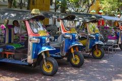 Auto riksza lub tuk-tuk na ulicie Bangkok, Tajlandia Tuków tuks są powszechnie używany w odtransportowanie towarach i ludziach wo zdjęcie stock