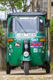 Auto riquexó ou tuk-tuk na rua de Mirissa A maioria de tuk-tuks em Sri Lanka são um modelo levemente alterado de Bajaj do indiano Imagem de Stock Royalty Free