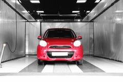 Auto rojo en el túnel de lavado fotografía de archivo libre de regalías