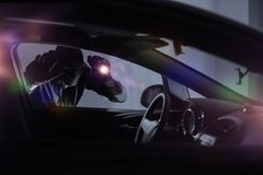 Auto-Räuber mit Taschenlampe Lizenzfreies Stockbild