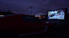 Auto's in aandrijving-in theater het letten op film stock video