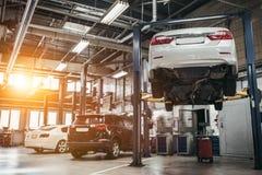 Auto's in autoservice royalty-vrije stock afbeelding
