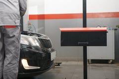 Auto's bij de moderne autodienst royalty-vrije stock fotografie