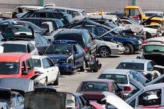 Auto's bij een autokerkhof Stock Afbeeldingen