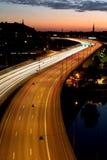 Auto's bij nacht met motieonduidelijk beeld Stock Afbeelding