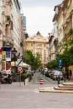 Auto's bij smalle straat van Boedapest worden geparkeerd dat Stock Afbeeldingen