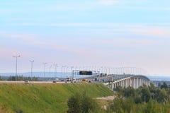 Auto's, bussen en vrachtwagensbeweging op moderne brug stock afbeelding